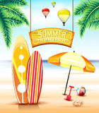 Segno d'attaccatura dell'arco per estate che pratica il surfing alla spiaggia con i surf royalty illustrazione gratis