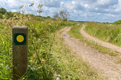 Segno d'escursione giallo e verde Fotografia Stock Libera da Diritti