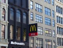 Segno degli Stati Uniti - di New York di McDonaldin Chinatown a New York immagini stock
