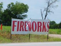 Segno dei fuochi d'artificio vicino alla linea della contea Immagini Stock