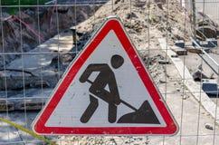Segno dei lavori stradali che appende su un recinto Fotografie Stock Libere da Diritti