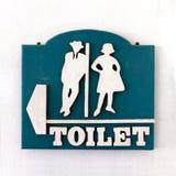 Segno del bagno, stile d'annata maschio-femminile della toilette pubblica del segno vecchio sulla parete di cemento bianco, segno fotografia stock