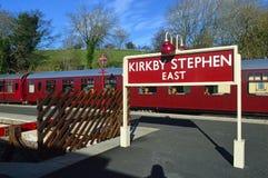 Segno del binario e stazione orientale kirkby di Stephen delle vetture fotografia stock libera da diritti