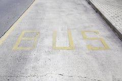 Segno del bus dipinto su asfalto Immagini Stock