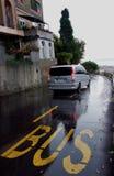 Segno del bus sulla strada Immagini Stock