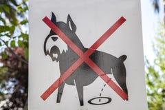 Segno del cane di proibizione all'aperto Immagini Stock Libere da Diritti