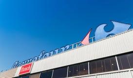 Segno del Carrefour, una catena di supermercati francese gigante fotografia stock libera da diritti