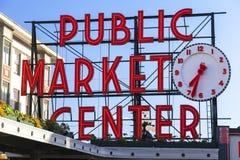Segno del centro del mercato pubblico di Seattle immagini stock