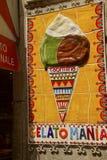 Segno del cono gelato fuori del gelateria i fotografie stock