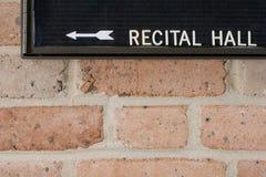 Segno del corridoio del recital sul muro di mattoni Fotografia Stock