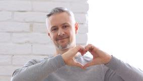 Segno del cuore dall'uomo Medio Evo felice Immagini Stock