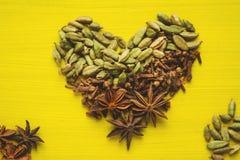 Segno del cuore dalle spezie sopra giallo Fotografia Stock Libera da Diritti