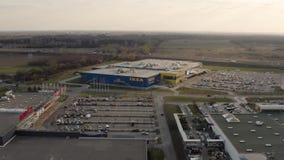Segno del deposito di Ikea sulla parete blu stock footage