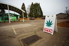 Segno del dispensario della marijuana Fotografie Stock