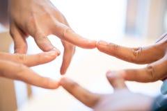 segno del dito di condizione di partenza insieme gente di affari che si unisce per la cooperazione manifestazione di partenza il  immagine stock libera da diritti