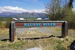 Segno del fiume del Canada Kluane della strada principale dell'Alaska Fotografie Stock Libere da Diritti