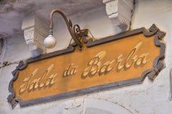 Segno del negozio con il carrello di acquisto Rutigliano La Puglia L'Italia Fotografie Stock Libere da Diritti