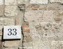 Segno del numero civico 33 Fotografia Stock Libera da Diritti