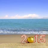 Segno del nuovo anno 2015 con la palla delle conchiglie, delle stelle marine e di natale Fotografie Stock Libere da Diritti