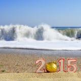 Segno del nuovo anno 2015 con la palla delle conchiglie, delle stelle marine e di natale Fotografia Stock