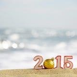 Segno del nuovo anno 2015 con la palla delle conchiglie, delle stelle marine e di natale Fotografie Stock