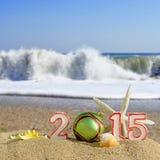 Segno del nuovo anno 2015 con la palla delle conchiglie, delle stelle marine e di natale Immagine Stock