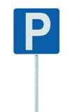 Segno del parcheggio sul palo della posta, roadsign della strada di traffico, blu isolato, grande primo piano dettagliato Immagine Stock