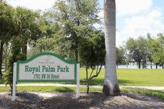 Segno del parco della palma reale fotografie stock libere da diritti