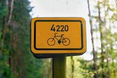 Segno del percorso della bici Segno turistico per i motociclisti Fotografia Stock Libera da Diritti