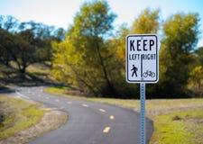 Segno del percorso di camminata e della bicicletta Fotografie Stock Libere da Diritti