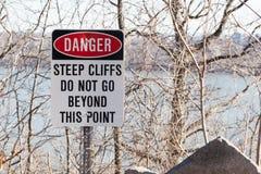Segno del pericolo al parco da uno stato all'altro delle palizzate Fotografia Stock Libera da Diritti
