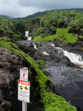 Segno del pericolo al parco di Oheo in Maui, cascate Fotografia Stock Libera da Diritti