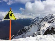 Segno del pericolo al picco della montagna alla località di soggiorno di corsa con gli sci di Soci nel Ru Fotografie Stock