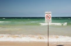 Segno del pericolo della spiaggia fotografie stock