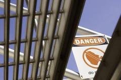 Segno del pericolo osservato da sotto le scale Immagini Stock Libere da Diritti