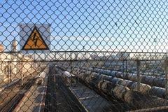 Segno del pericolo su una stazione ferroviaria fotografia stock libera da diritti
