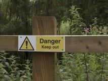 Segno del pericolo, sul recinto di legno Immagine Stock