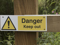 Segno del pericolo, sul recinto di legno Fotografia Stock Libera da Diritti
