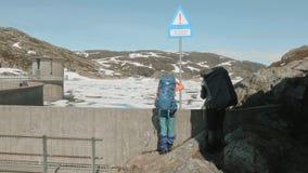 Segno del pericolo sulla diga nelle montagne video d archivio