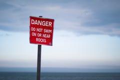 Segno del pericolo sulla spiaggia Fotografia Stock
