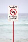 Segno del pericolo sulla spiaggia Fotografie Stock