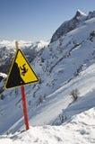 Segno del pericolo sulle alpi italiane Fotografie Stock Libere da Diritti