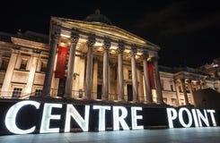 Segno del punto di centro ed il National Gallery a Londra Fotografia Stock Libera da Diritti