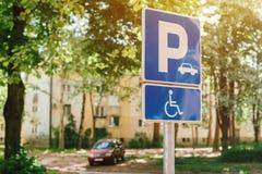 Segno del punto di parcheggio di handicap, spazio riservato del lotto per i pers disabili fotografie stock