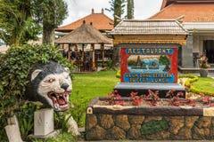 Segno del ristorante al complesso del tempio di Ulun Danu Beratan, Bedoegoel, Bali Indonesia immagine stock