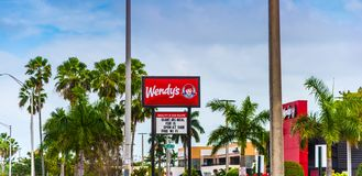 Segno del ristorante di Wendy un chiaro giorno fotografia stock libera da diritti