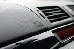 Segno del sacco ad aria sul timone dell'automobile Fotografia Stock