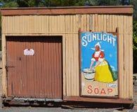 Segno del sapone di luce solare su vecchia costruzione ferroviaria Immagine Stock Libera da Diritti