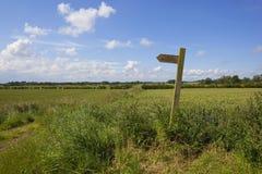 Segno del sentiero per pedoni del paese Fotografia Stock Libera da Diritti