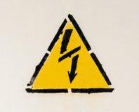 Segno del simbolo ad alta tensione del pericolo sulla parete bianca Fotografie Stock Libere da Diritti